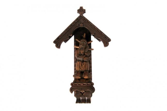 Kapliczka ciemna z drewna